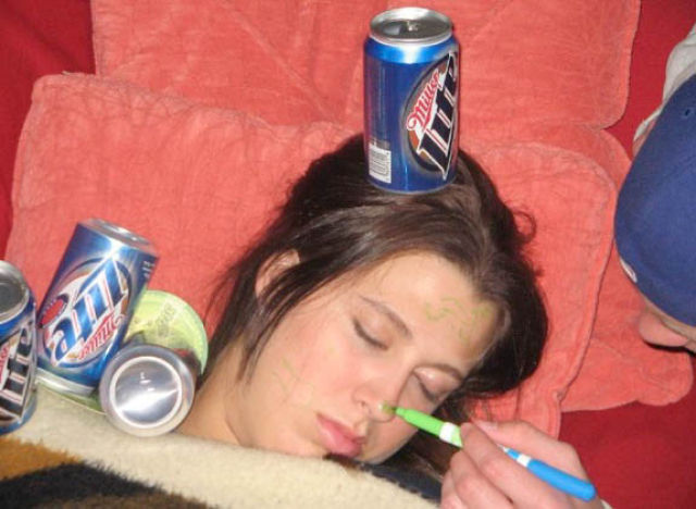Betrunkene Babes Betrunkene, geile Babes zeigen
